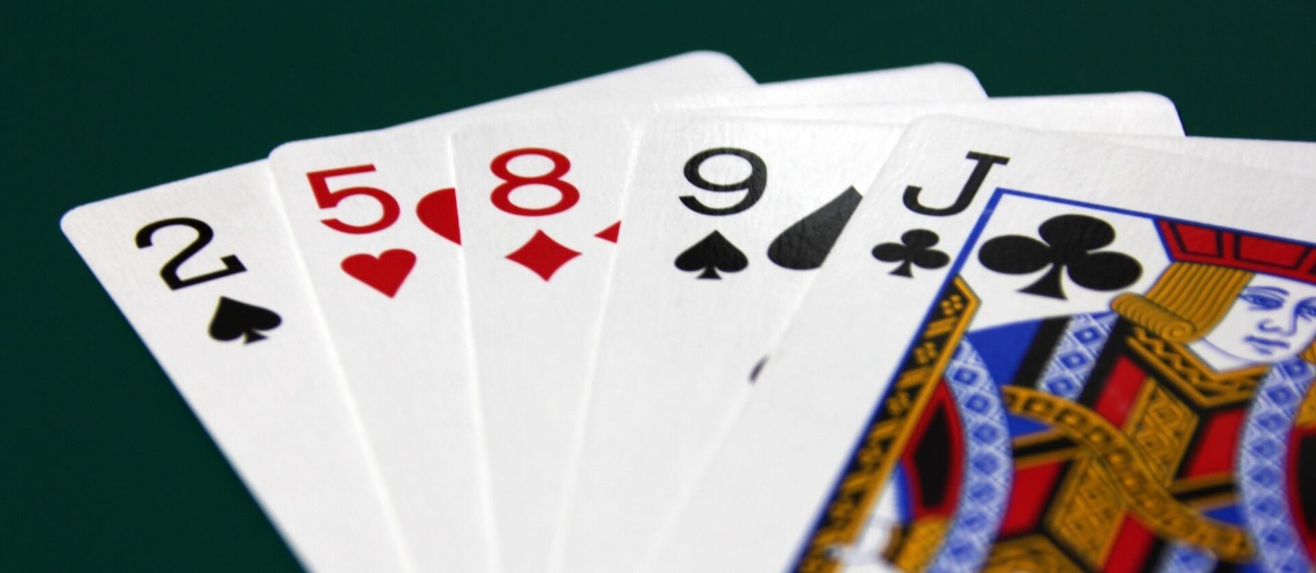 トランプのカードが並べられた画像