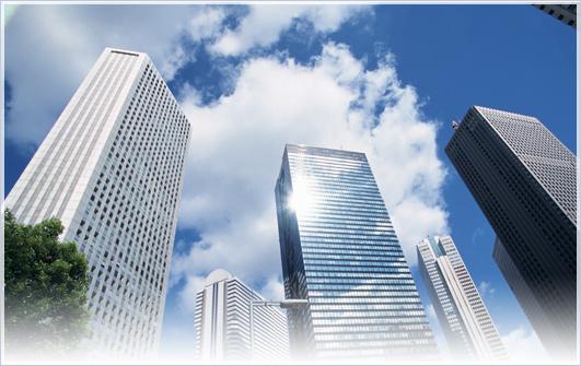 大企業をイメージさせる大きなビルの写真