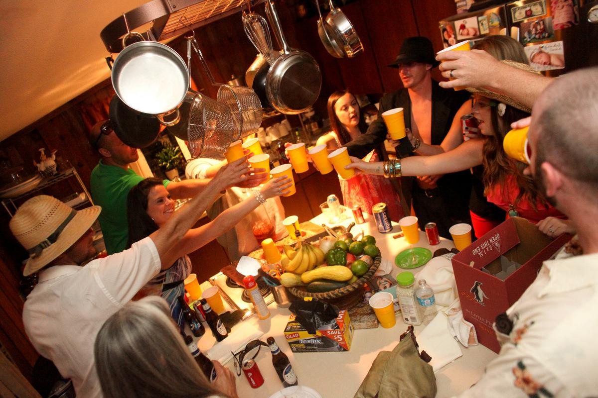 パーティー会場で乾杯している大勢の外国人の写真