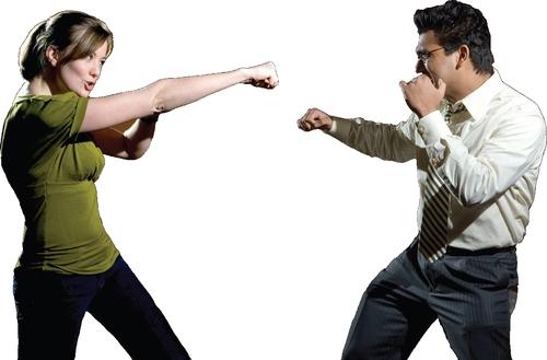 男女が争っている様子の写真