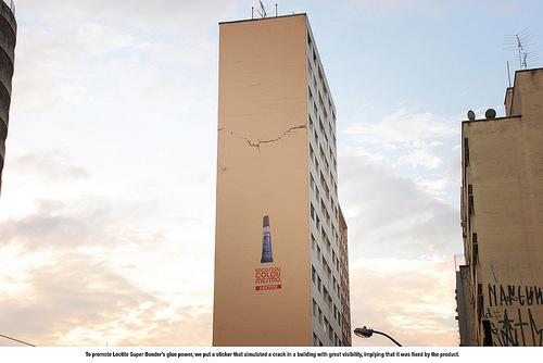 亀裂の入ったビルの写真