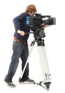 ビデオカメラで撮影している男性カメラマンの画像
