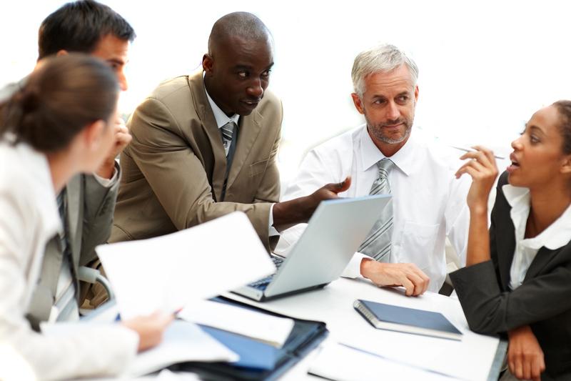 企画を検討している外国人ビジネスパーソンたちの様子の画像