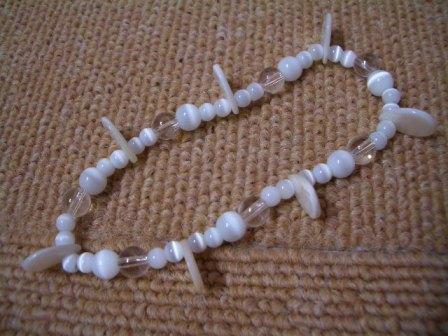 白い手作りネックレスの画像