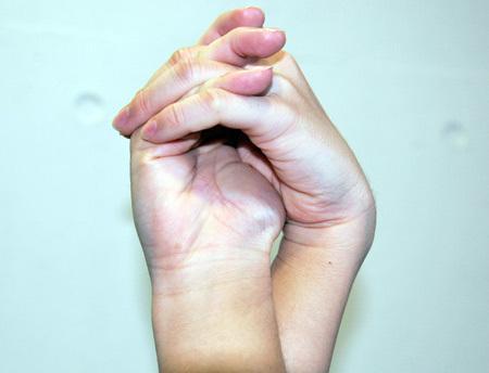 じゃんけんに勝つための両手をクロスしてつくる謎の儀式の画像