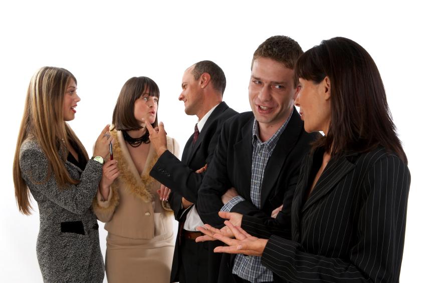互いに会話している5人の外国人男女の写真
