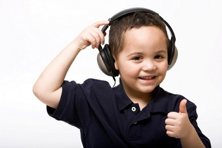 ヘッドフォンをしている外国人の男の子の写真