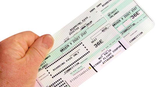 航空券を持っている手の画像