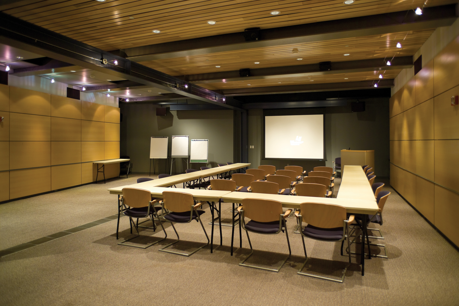 綺麗でおしゃれな会議室の写真