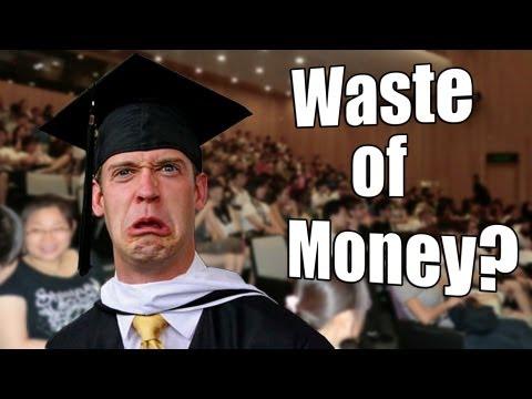 大学はお金のムダなのか?と疑問に思っている外国人の大学生の画像