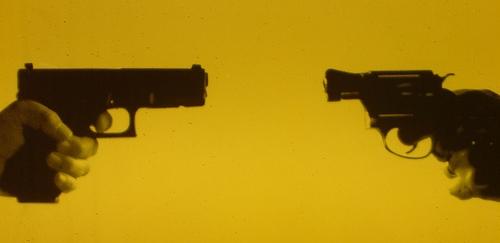 2丁の拳銃を向かい合わせにした画像