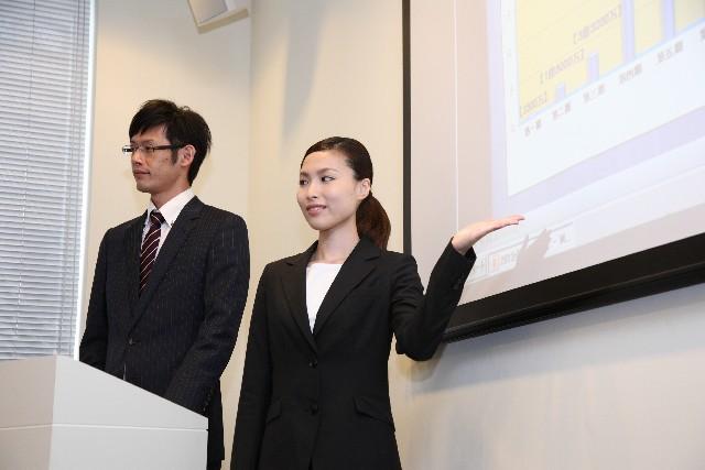プレゼンテーションをしている日本人女性の画像