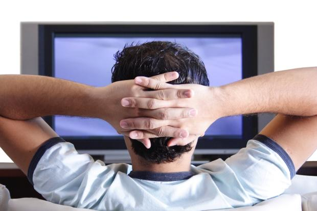 テレビを見るサウジアラビア人の画像