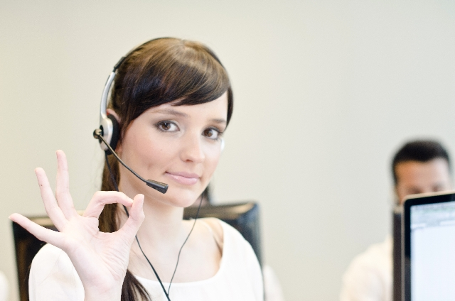 指でOKマークを示している外国人のテレアポ女性スタッフの画像