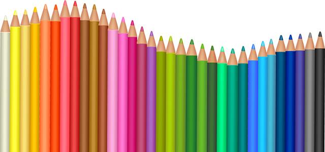 たくさん並んだ色鉛筆の画像