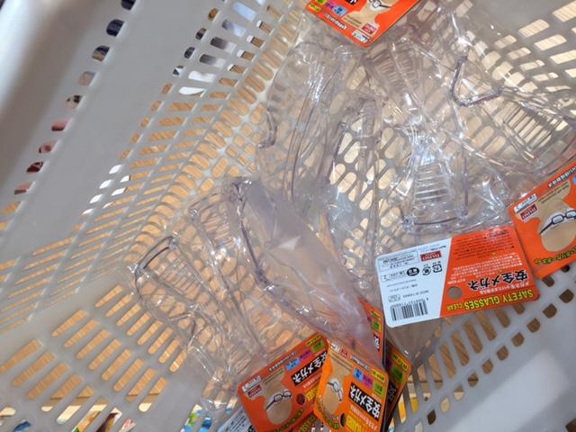 ダイソーで大量の安全性用メガネを購入している様子の写真