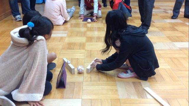 BB-8のロボットを子どもたちが転がしている様子の写真