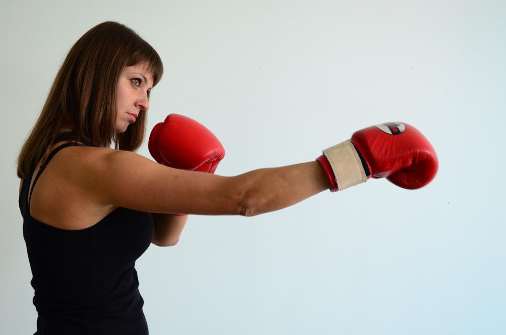 ボクシングをする外国人女性の画像