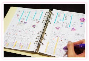 Club Diaryの手帳に記入している様子の画像