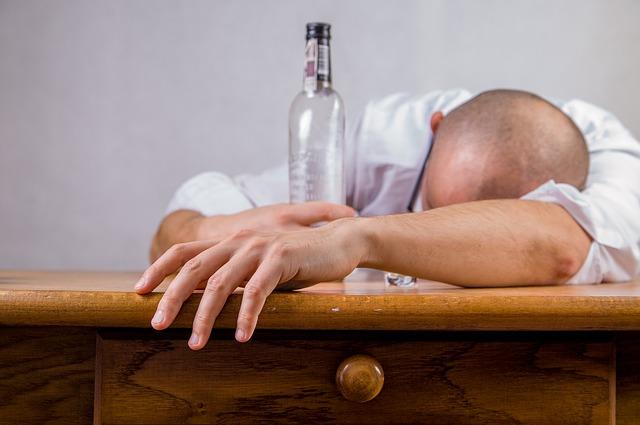 二日酔いになっている男性の画像
