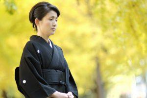 和服を着て立っている日本人女性の画像