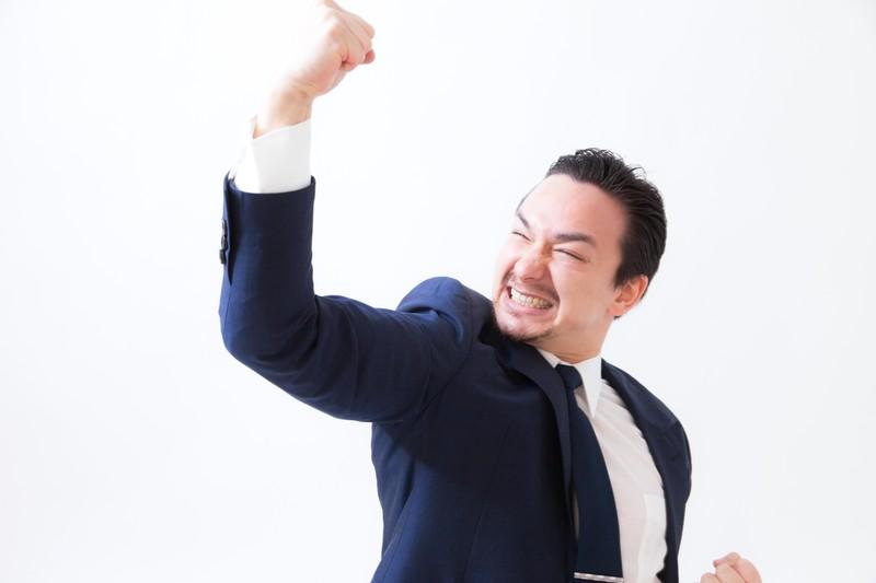 ガッツポーズをする男性の画像