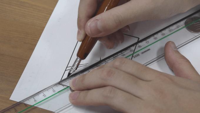 定規をズラしながら集中線を描き込んでいく様子の画像