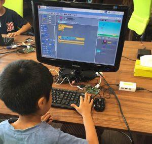 気球ゲームをScratchで開発している子供の写真